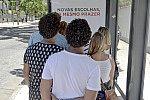 Propaganda em ponto de ônibus.