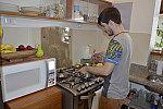 Jovem cozinhando.