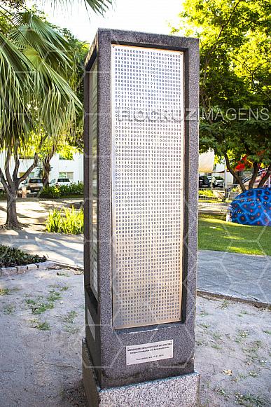 Jardim dos Códigos: mensagem de Arecibo em código binário.