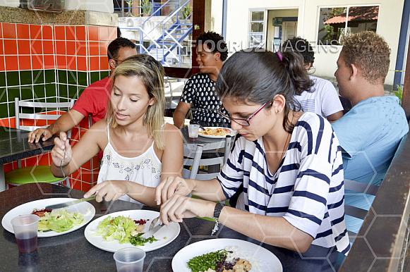 Pessoas almoçando.
