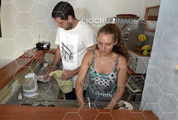 Homem e mulher na cozinha.