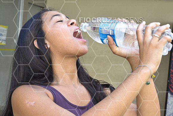 Menina bebendo água.