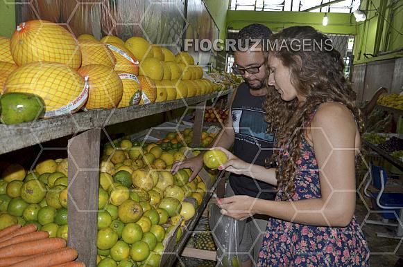 Jovens escolhendo frutas