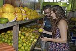 Jovens escolhendo frutas.