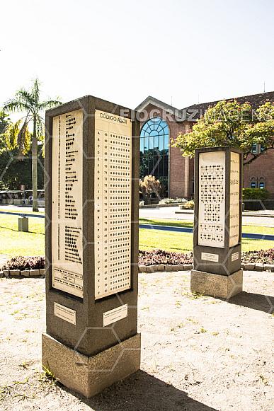 Jardim dos Códigos: totem Códigos Binários.