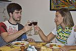 Homem e mulher brindando.