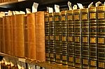 Livros em estantes