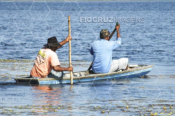 Ribeirinhos descem o rio na canoa.