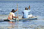 Ribeirinhos descem o rio na canoa