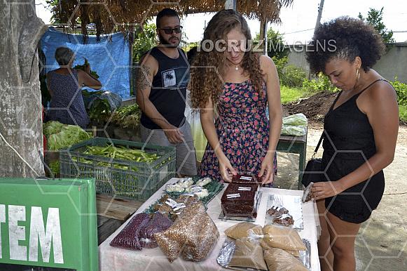 Jovens em uma venda de doces caseiros.