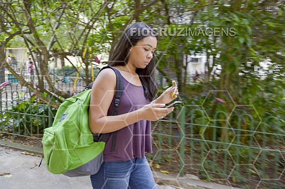 Estudante caminhando.